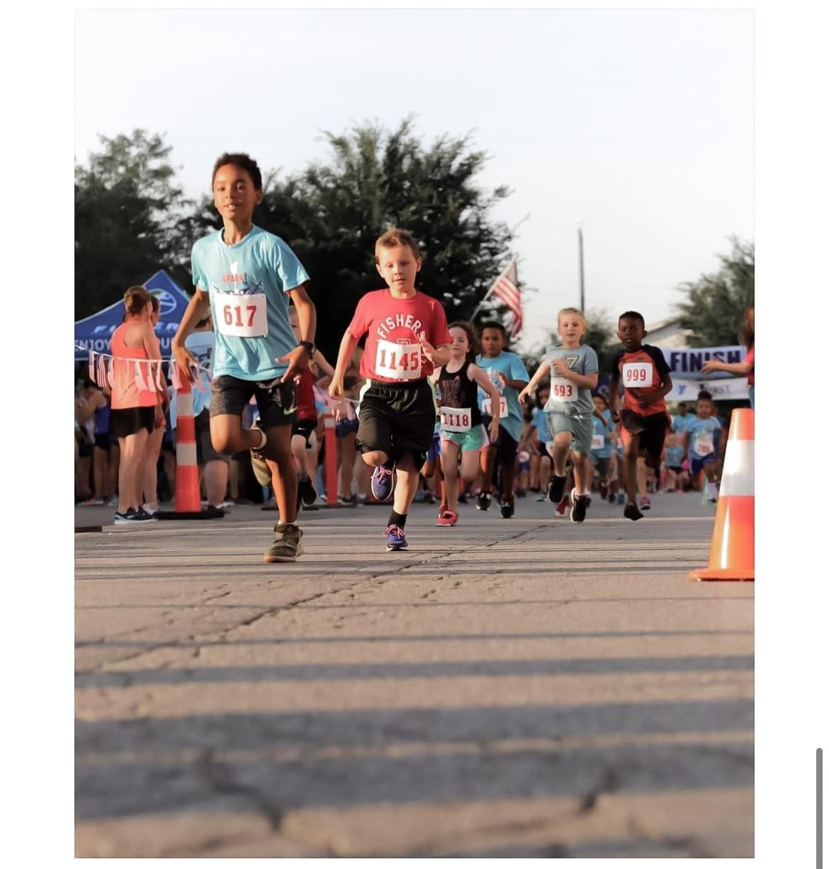 several kids running in a marathon
